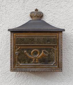 Briefkasten mit Posthorn